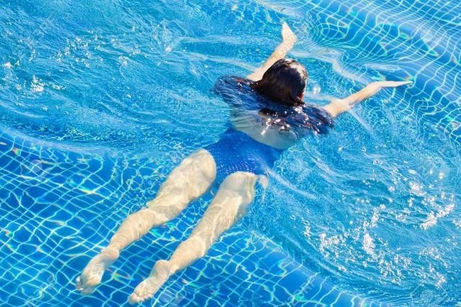 Bơi lội không những làm chân thon gọn mà còn giúp thon gọn vóc dáng