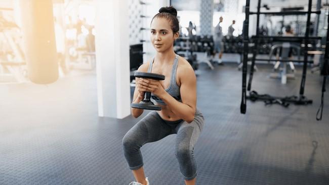 Bài tập Sumo Squat giảm béo bắp chân rất hiệu quả