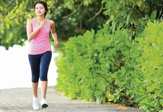 Đi bộ nhanh trước khi ăn sáng trước khi bắt đầu giảm mỡ bụng trong 2 tuần với chế độ ăn Zero Belly