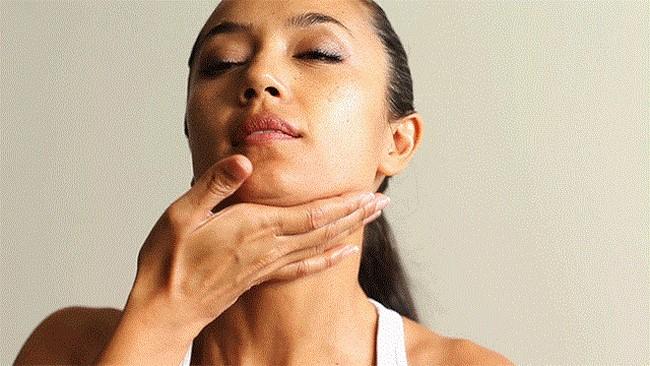 Vuốt nhẹ tinh dầu từ dưới đường quai hàm của bạn lên đến cằm
