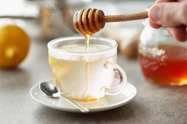 Nước chanh mật ong - Uống gì để giảm mỡ bụng dưới