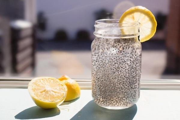 Cách uống hạt chia giảm mỡ bụng với nước dừa cũng là lựa chọn của nhiều người