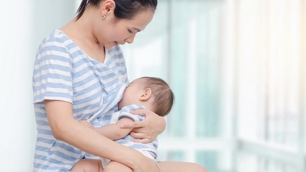 Cho con bú bằng sữa mẹ là một trong những cách giảm mỡ bụng sau sinh 3 tháng đơn giản nhất