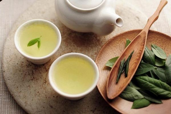 Hãy uống 1-2 chén trà xanh mỗi ngày để giảm mỡ bụng sau sinh tại nhà
