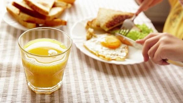 Uống nước cam giảm mỡ bụng cho bữa sáng không phải là một lựa chọn đúng đắn