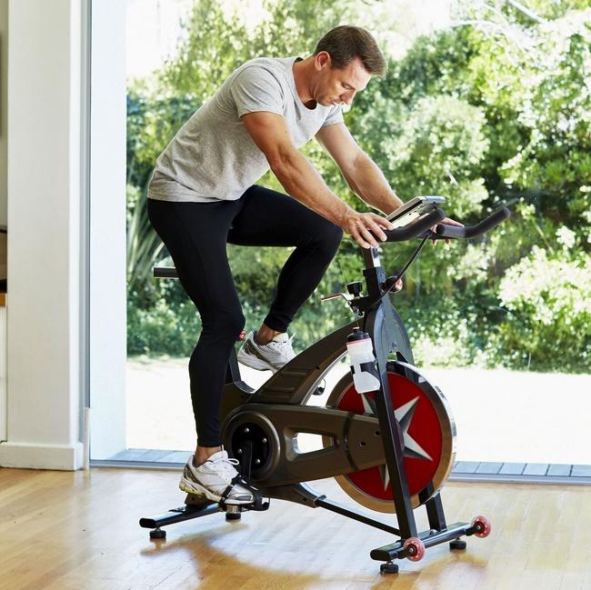 Đạp xe trên máy tập cũng mang lại hiệu quả tốt và nhanh chóng