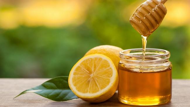 Đắp mặt nạ chanh mật ong giảm béo mỡ mặt