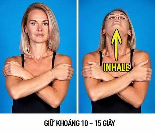 Động tác Chin Lift giảm béo mặt