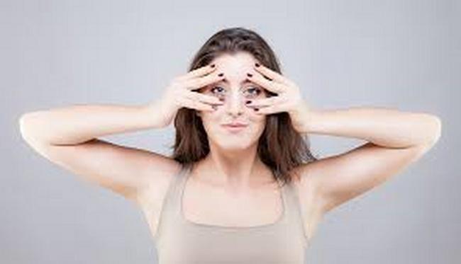 Động tác tập trung mặt làm săn chắc cơ mặt