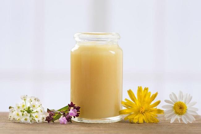 Mặt nạ sữa ong chúa và mật ong trị mụn đầu đen hiệu quả