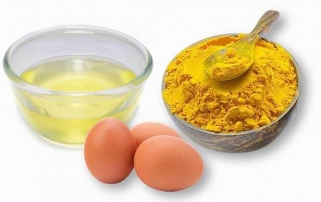Tinh bột nghệ với lòng trắng trứng gà