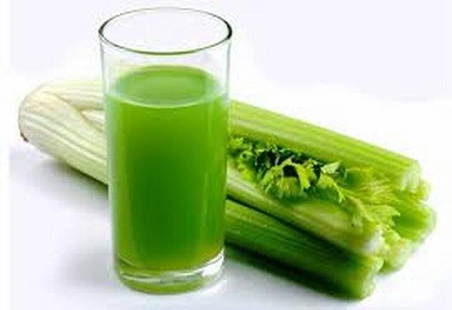 Uống nước ép cần tây giảm mỡ bụng