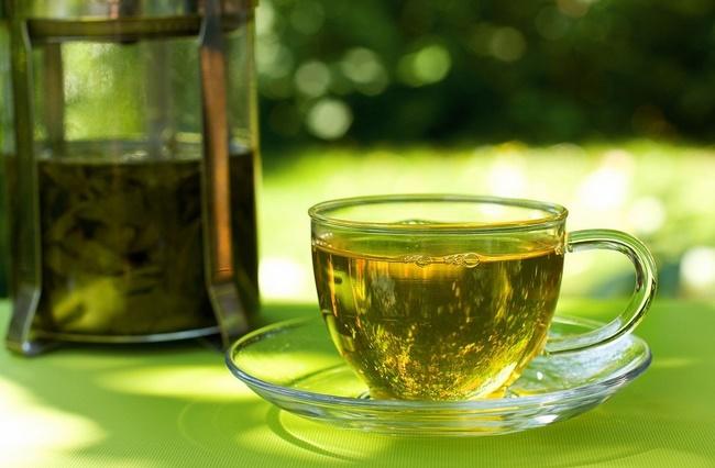 Uống trà xanh giảm mỡ bụng