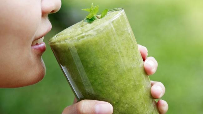 Uống nước ép cần tây cải thiện vóc dáng