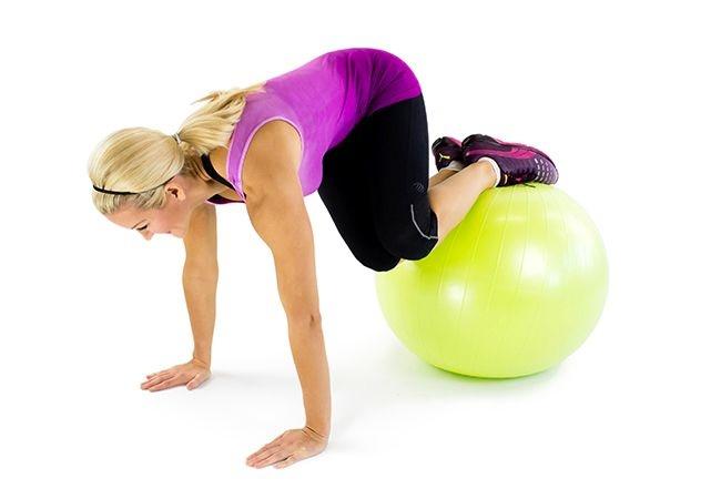Bài tập Plank gập bụng chéo trên bóng - Plank Tuck Twist