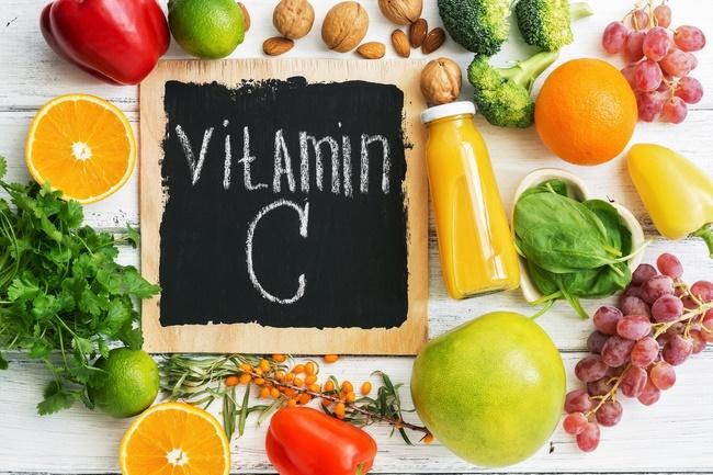 Bổ sung nhiều vitamin C trong suốt khoảng thời gian cách chăm sóc môi sau khi phun