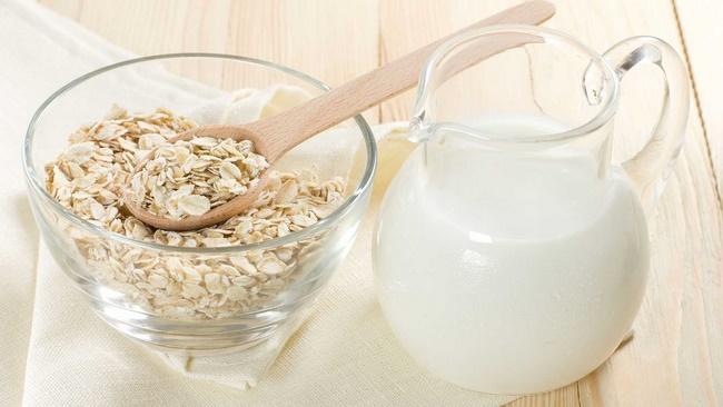 Đắp mặt nạ yến mạch với sữa tươi không đường trị mụn hiệu quả