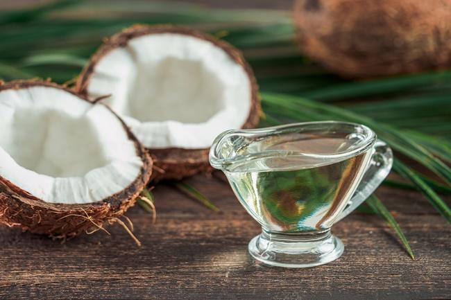 Dầu dừa hoạt động như một loại kem chống nắng tự nhiên, vì lợi ích bảo vệ sắc đẹp