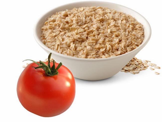 Điều trị mụn bằng bột yến mạch và cà chua