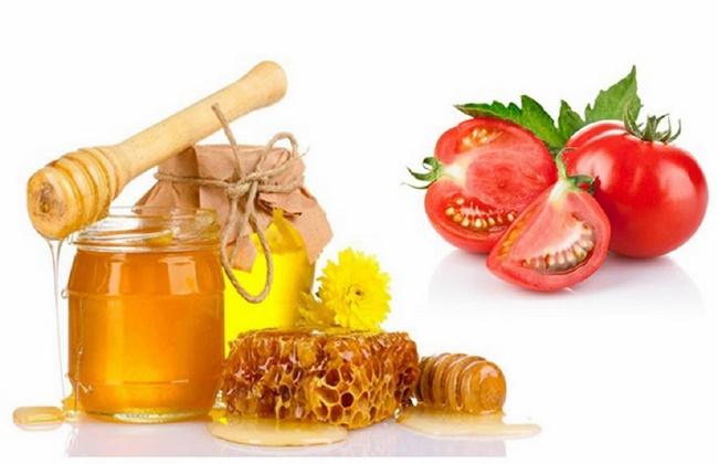 Dưỡng sáng da bằng cà chua với mật ong