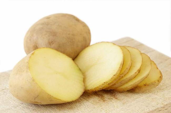 Làm mặt nạ nha đam và khoai tây