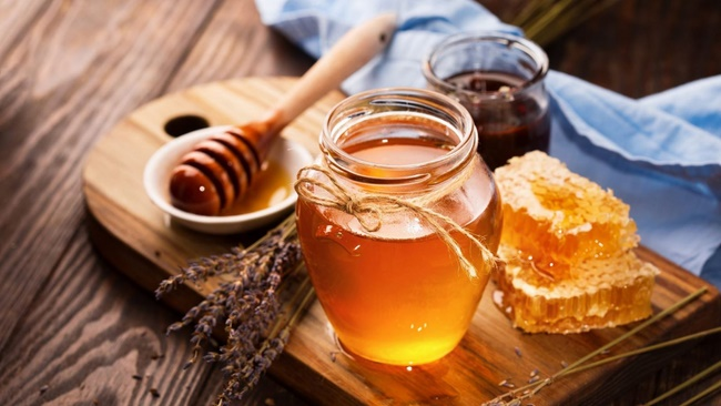 Tẩy da chết với mật ong giúp loại bỏ da chết, làm sạch da rất tốt