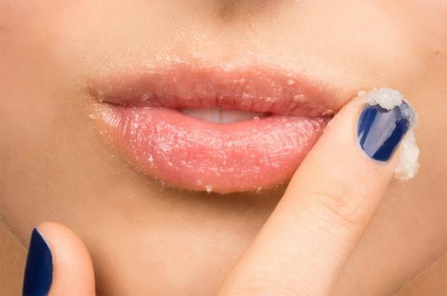 Thoa lớp dầu dừa là cách chăm sóc môi sau khi phun khi có dấu hiệu bong vẩy