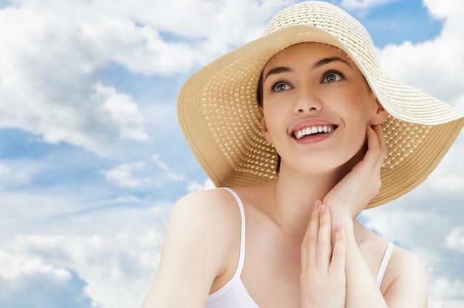 Trước khi ra đường nên thoa kem chống nắng bảo vệ làn da tiếp xúc trực tiếp ánh nắng mặt trời