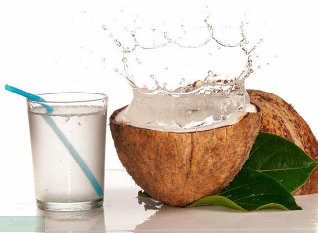 Xăm môi nên ăn và kiêng ăn gì - Nước dừa là thức uống được chuyên gia khuyến khích sử dụng sau khi xăm môi