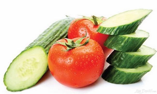 Uống nước ép cà chua với dưa chuột