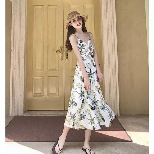 Váy 2 dây đi biển họa tiết giúp bạn trở nên nổi bật hơn