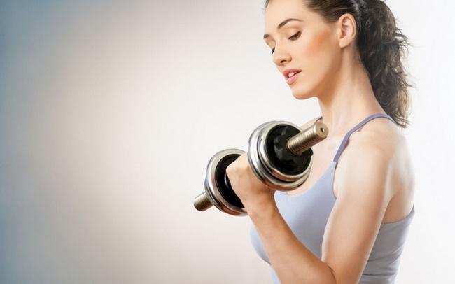 5 bài tập cho bắp tay thon gọn với tạ đơn giản dành cho chị em