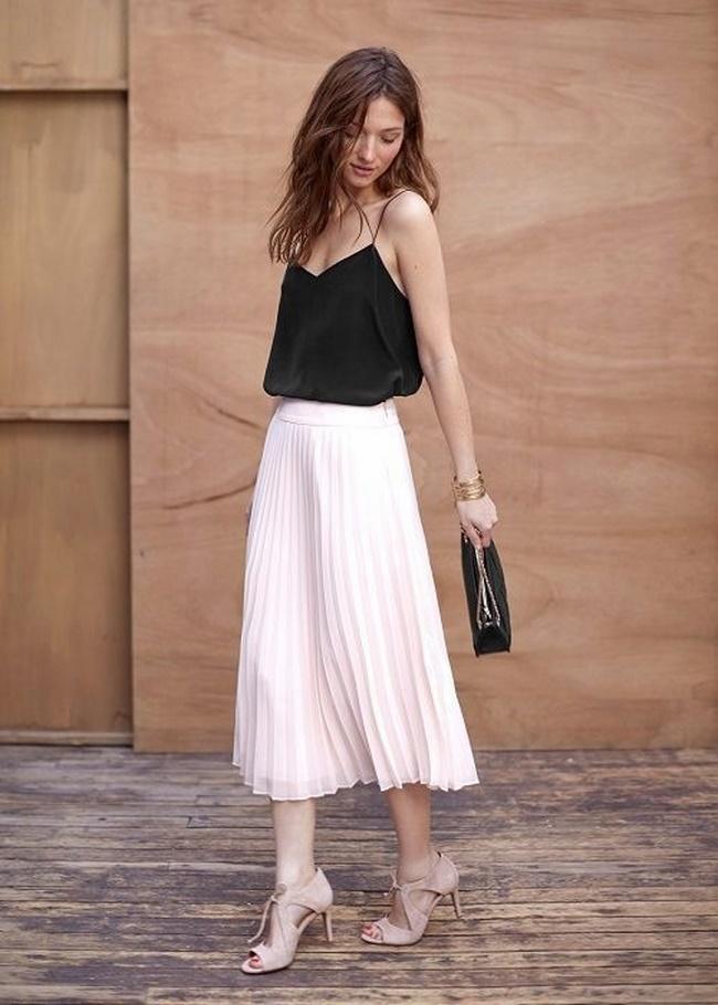 Áo hai dây mix với chân váy dáng dài tôn lên từng đường nét trên cơ thể