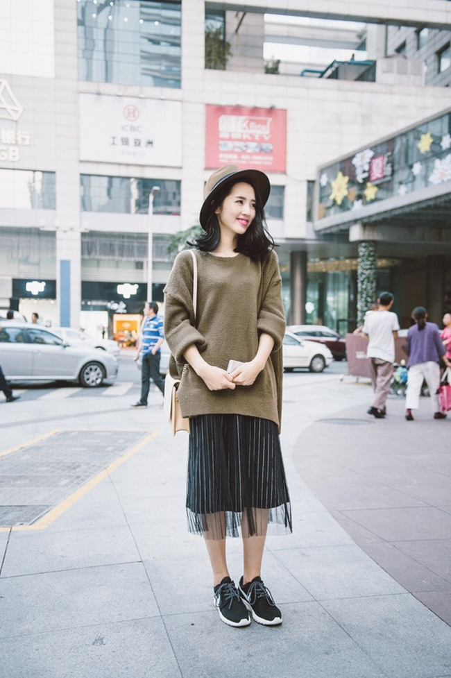 Áo len rộng mix với chân váy xếp ly dáng dài