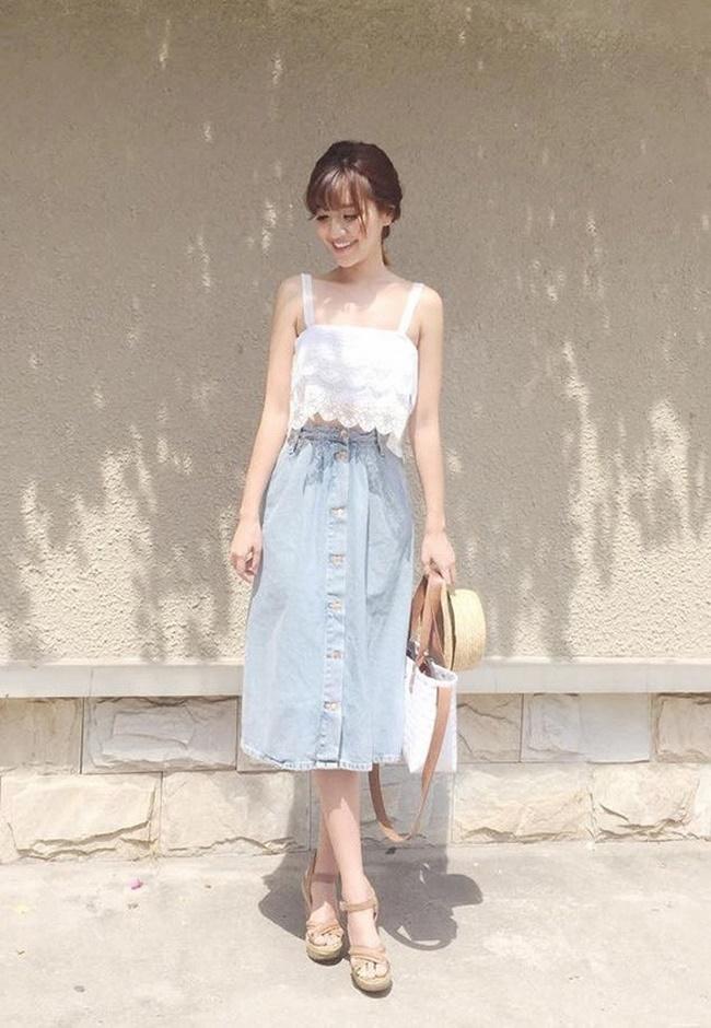 Áo ren phối với chân váy Jean rất hợp cho những chuyến đi biển