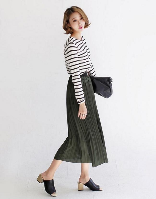 Áo thun mix với chân váy dáng dài tạo nét nhẹ nhàng, thanh thoát
