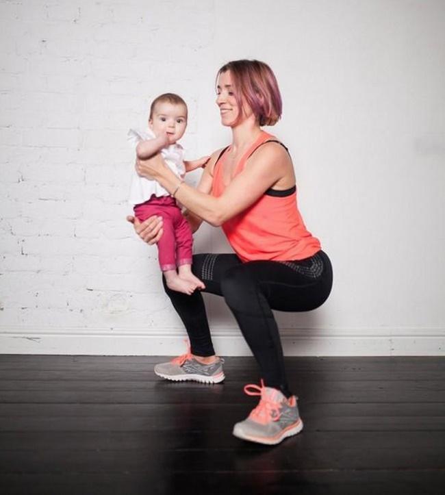 Bài tập Squat với tạ tay đáng yêu cùng bé giảm cân sau sinh
