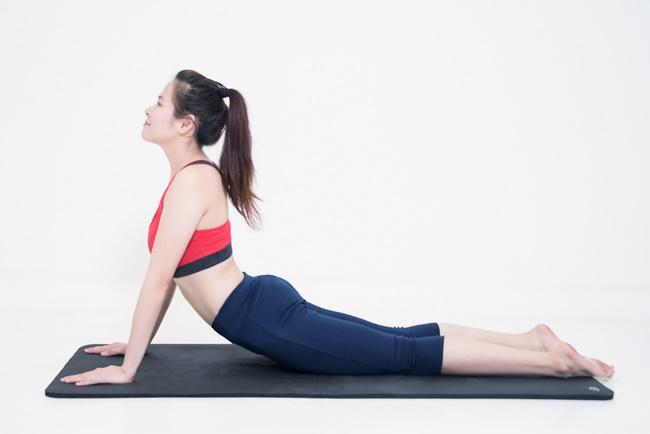 Bài tập giảm cân sau sinh với tư thế rắn hổ mang đơn giản
