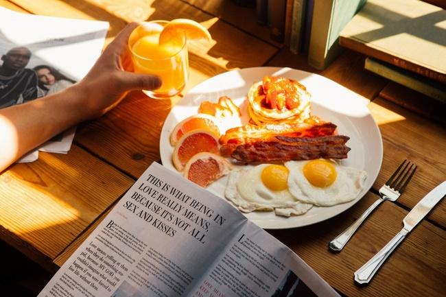 Bữa sáng rất quan trọng giúp khởi động quá trình trao đổi chất, đốt cháy calo