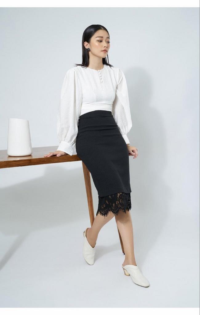 Chân váy bút chì dài sẽ tạo cảm giác đôi chân thon gọn hơn