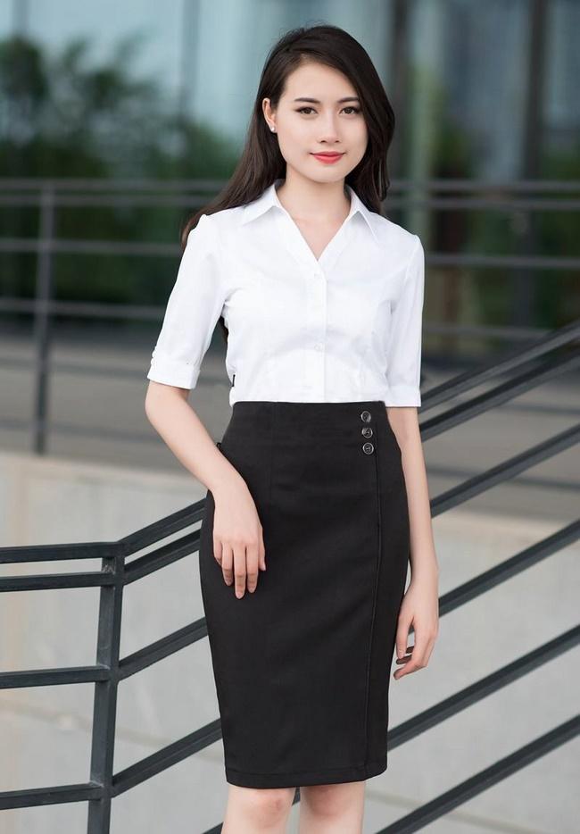Chân váy bút chì với áo sơ mi rất đơn giản và phù hợp với cô nàng công sở