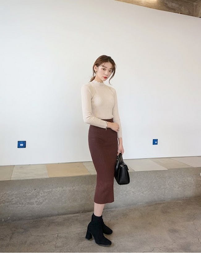 Chân váy body với áo thun dài tay