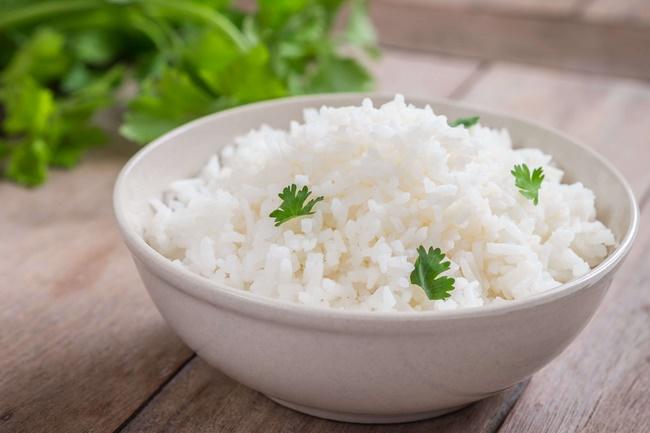 Cơm trắng không nên ăn vì chứa nhiều tinh bột và calo