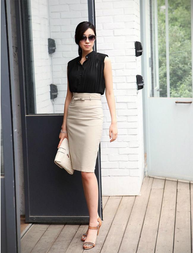 Chân váy tuổi trung niên sở hữu dáng người chữ V diện chiếc đầm ôm sát tạo sự cân bằng tổng thể