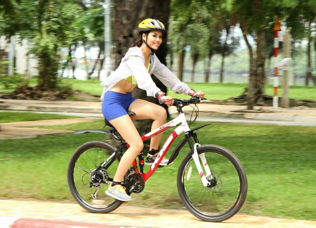 Đạp xe giảm mỡ bụng ngoài trời