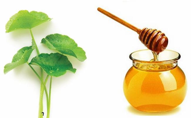 Điều trị mụn thâm bằng mặt nạ rau má với mật ong