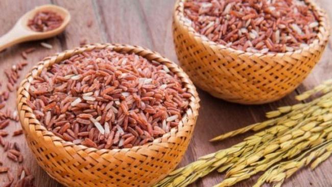 Gạo lứt được khuyến khích nên thêm vào chế độ ăn giảm mỡ bụng hiệu quả và an toàn. Vì gạo có khả năng tăng cường hệ trao đổi chất, chuyển hóa năng lượng thành chất béo tốt