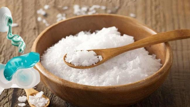 Kết hợp kem đánh răng với muối để tẩy da chết làm mờ vết da sạm, xỉn màu