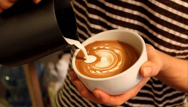 Không nên dùng cà phê có đường hoặc kèm thêm kem, sữa