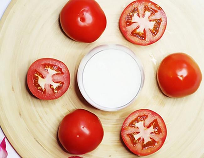 Làm mặt nạ dưỡng trắng da bằng sữa chua và cà chua
